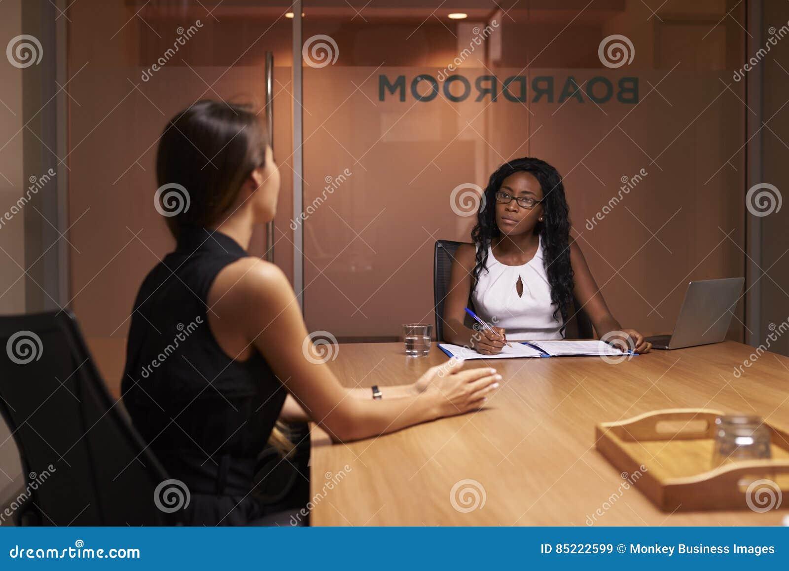 Dwa korporacyjnego bizneswomanu przy wieczór spotkaniem w biurze