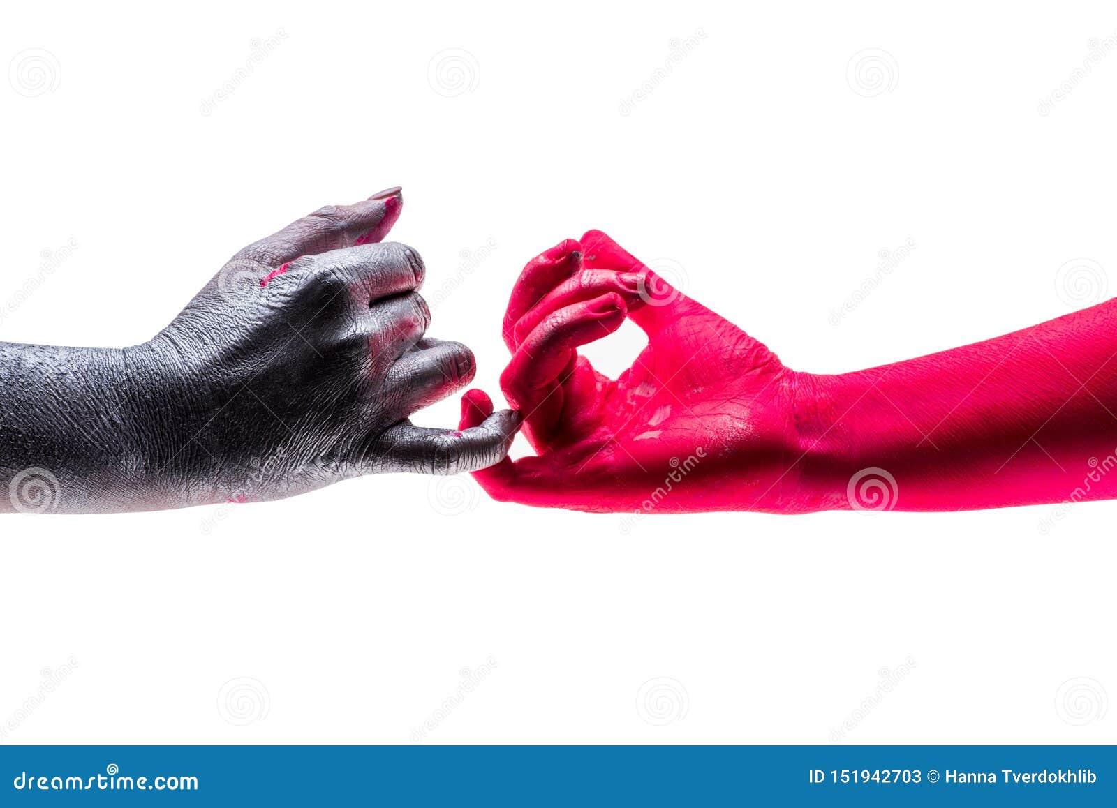 Dwa ludzie ostrożnie dotykają each - inny mali palce, ręki barwić w różnych kolorach Poj?cie wojna i pok?j