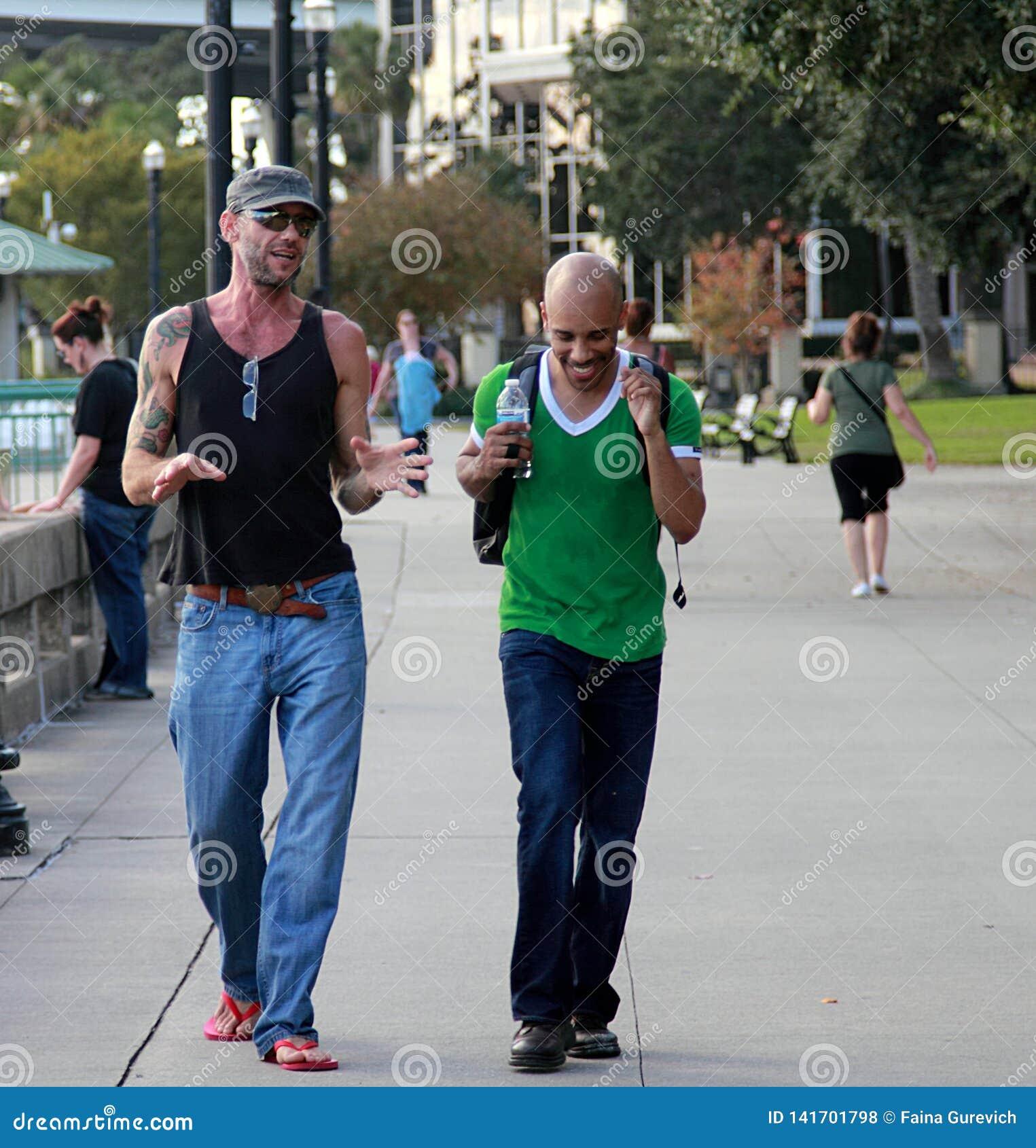 Dwa mężczyzny chodzi i gawędzi na ulicie Jacksonville