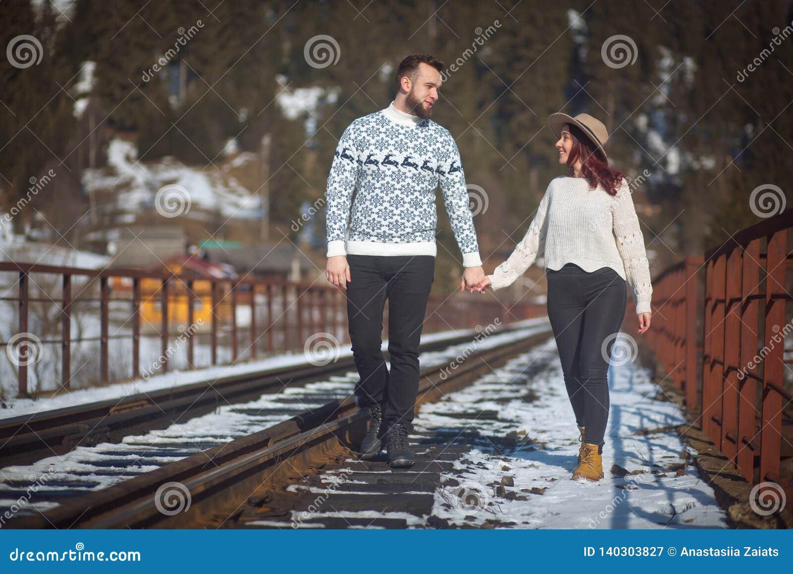 Dwa młodego podróżnika chodzi na moście