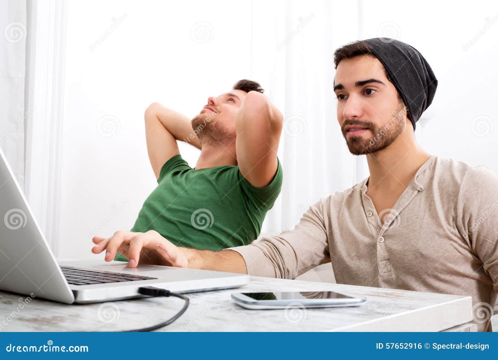 Dwa mężczyzna pracuje w ich ministerstwie spraw wewnętrznych