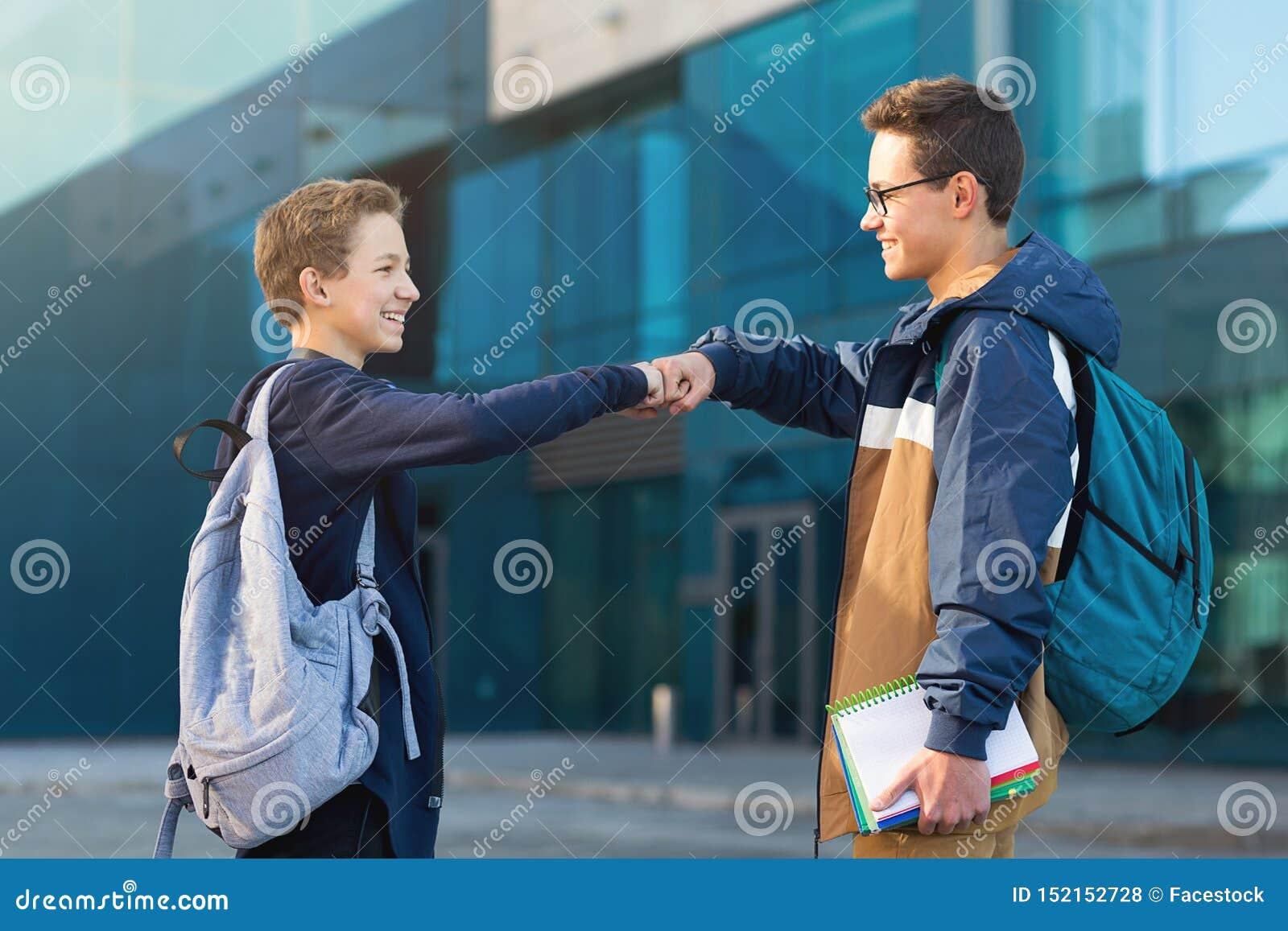 Dwa męskiego przyjaciela spotyka oudoors, nastolatkowie wita each inny