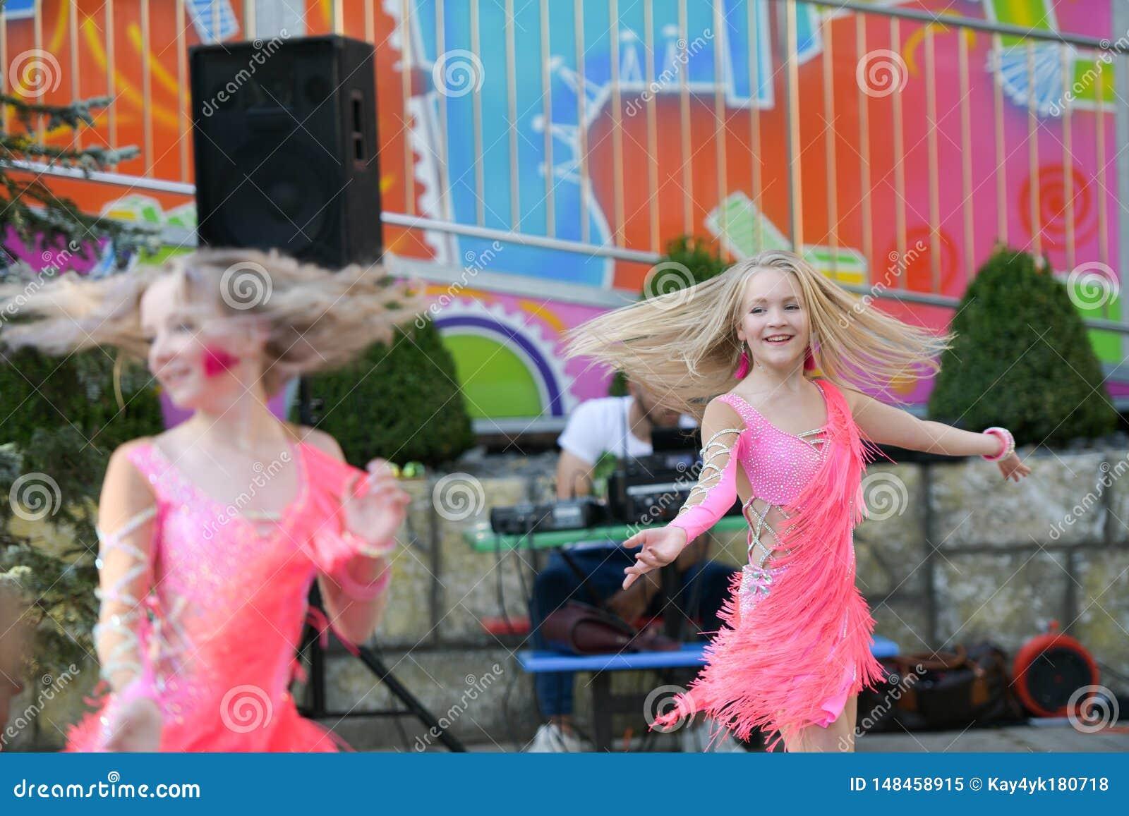 Dwa młodej dziewczyny tanczy wpólnie tanczyć z przyjemnością na otwartym powietrzu tana występ