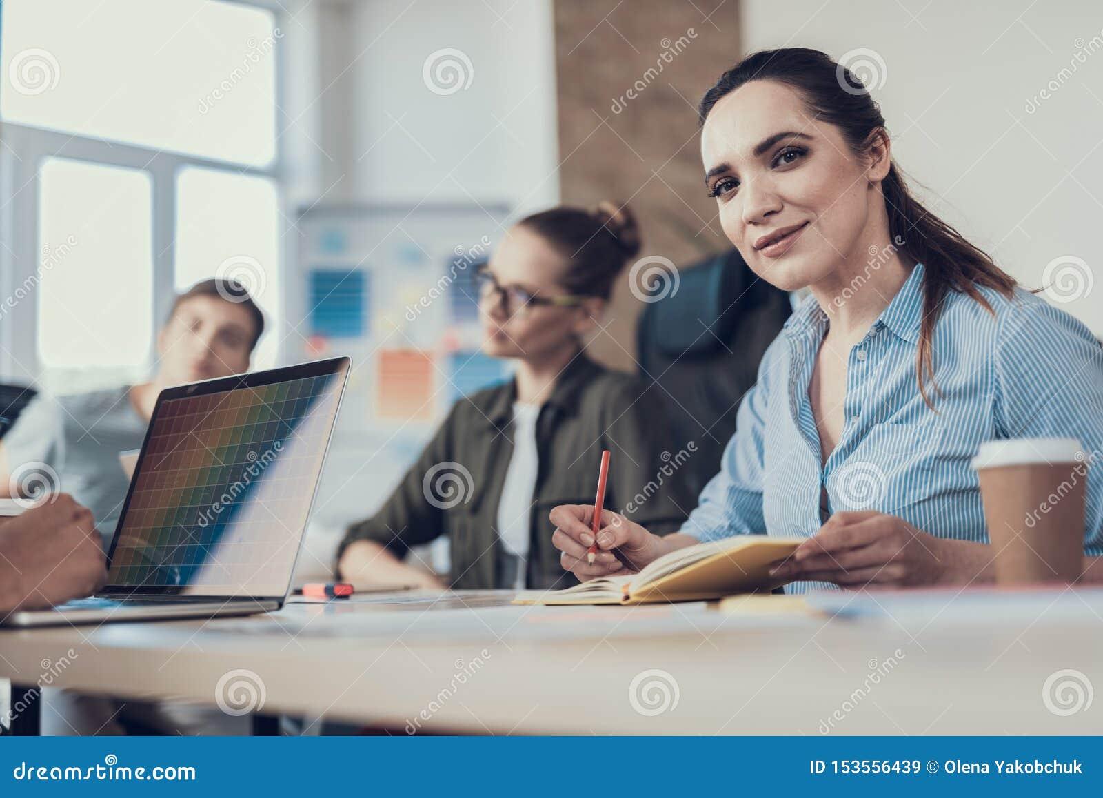 Dwa młodej kobiety koncentrującej na ich pracujących zadaniach