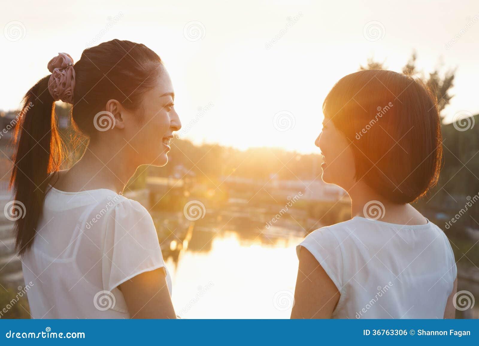 Dwa młodej kobiety Patrzeje zmierzch