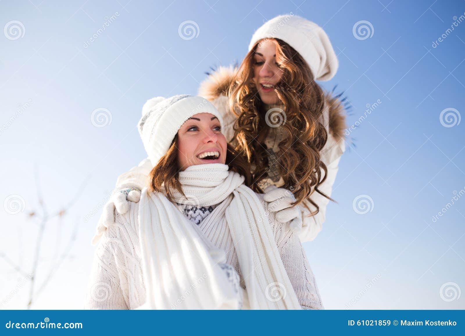 Dwa młodej szczęśliwej kobiety, dwa przyjaciela, mieć zabawę