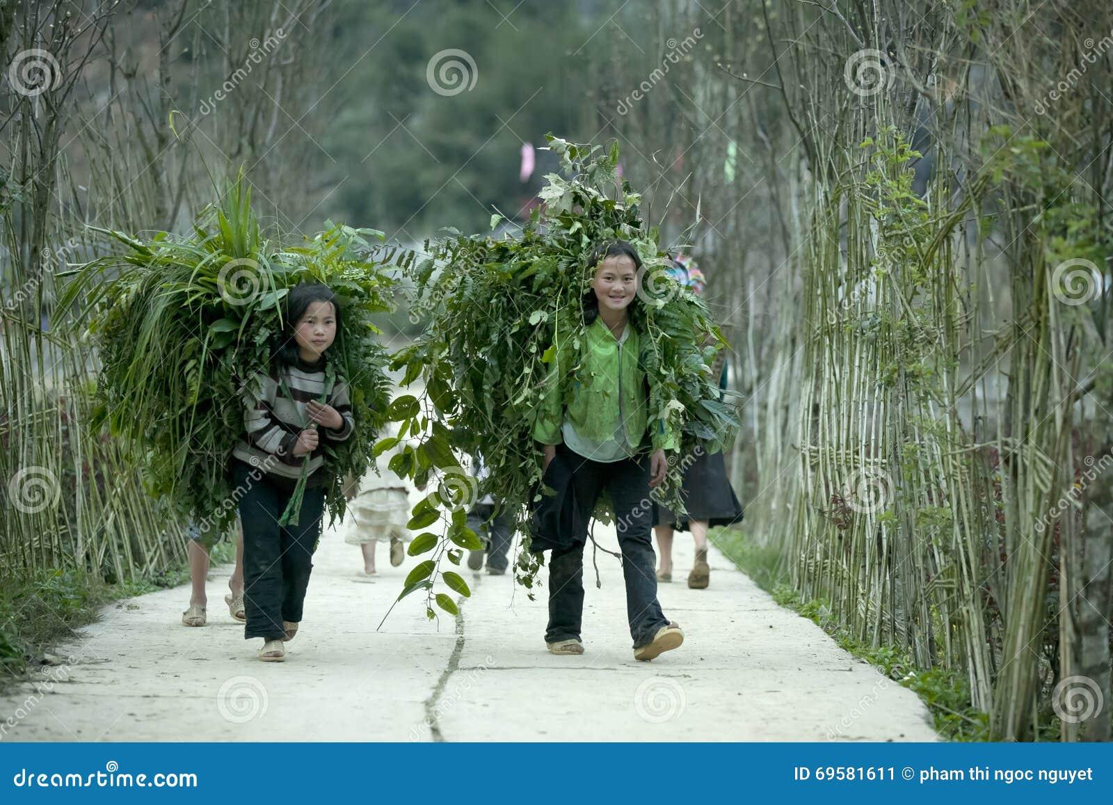 Dwa mniejszości etnicznej dziecka przy płuca krzywka wioską