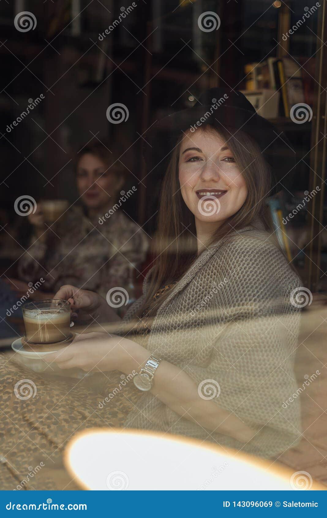 Dwa modniś dziewczyny pije kawę