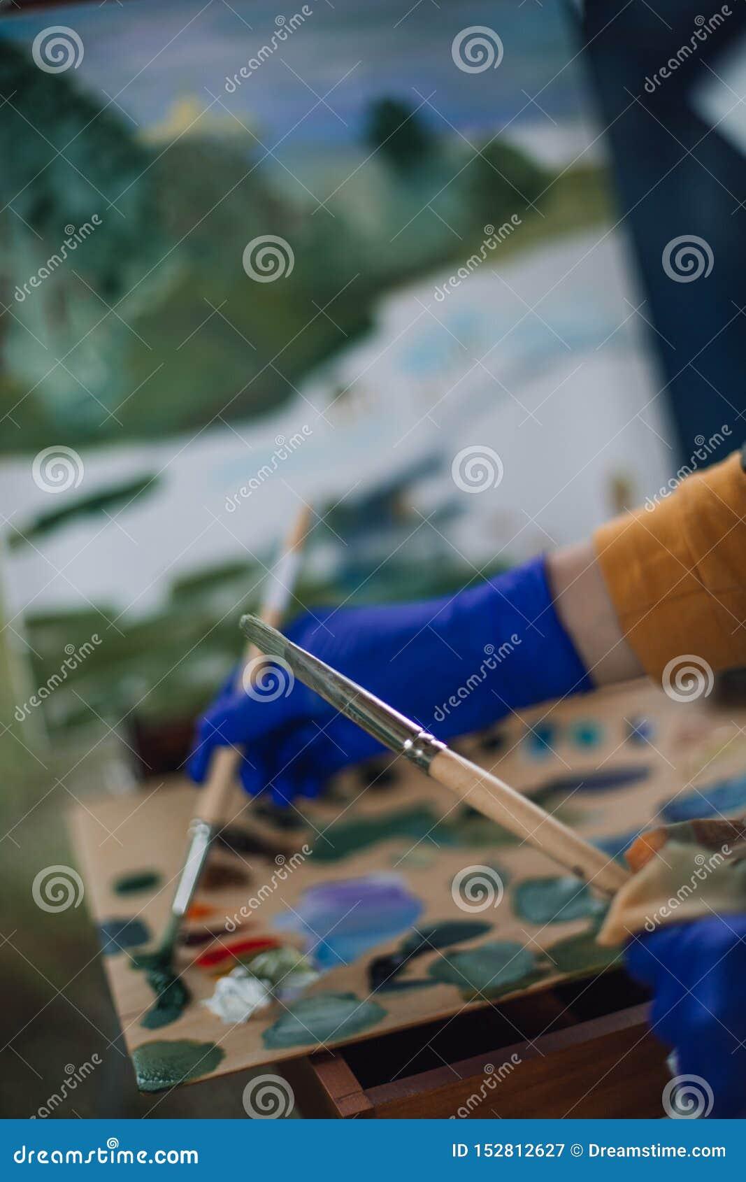 Dwa muśnięcia w rękach artysta
