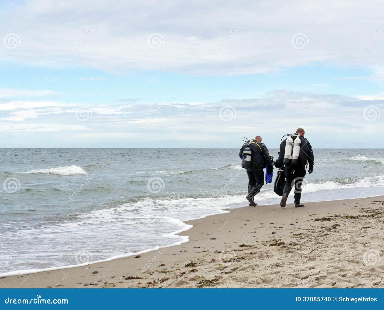 Download Dwa nurek na plaży zdjęcie stock. Obraz złożonej z lato - 37085740