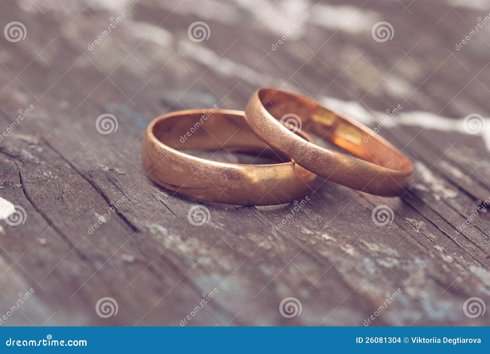 Dwa obrączki ślubnej złociści są