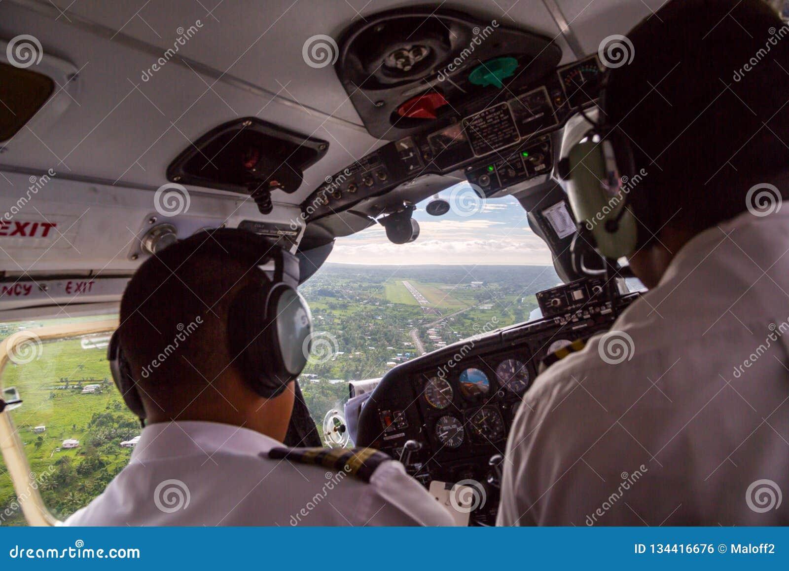 Dwa pilota ląduje małego samolot Nausori lotniskowy lądowisko blisko Suva, Fiji, Melanesia, Oceania Podróż powietrzna w Fiji, kok