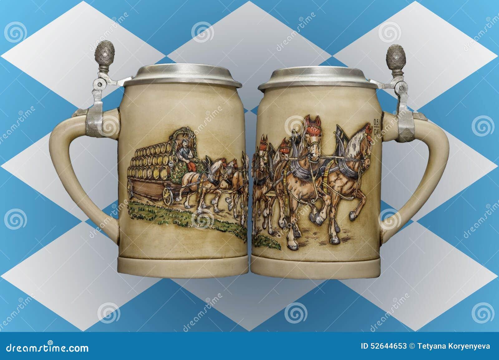 Dwa piwnego kubka na tle flaga Bavaria