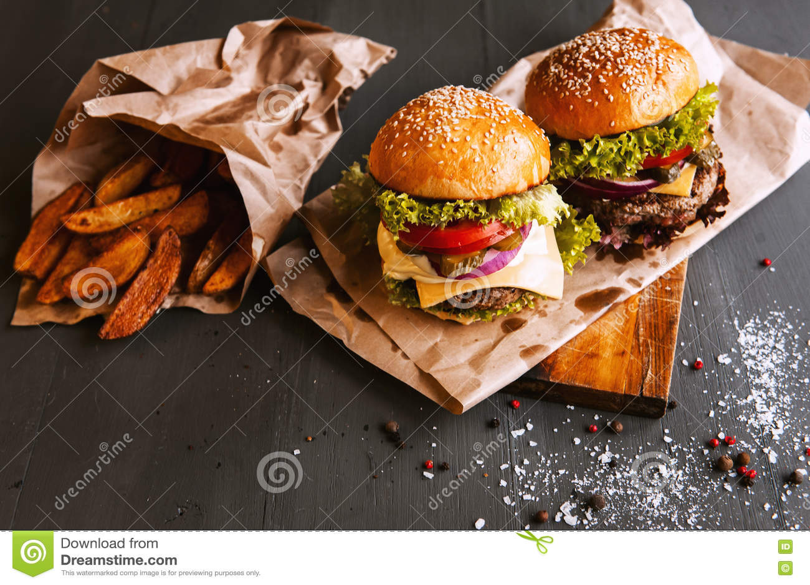 Dwa podlewanie, wyśmienicie domowej roboty hamburger
