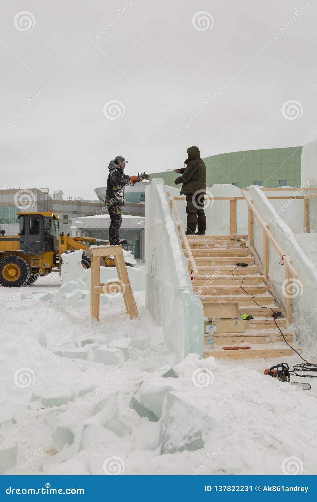 Dwa pracownika przy miejscem zamrażają obóz