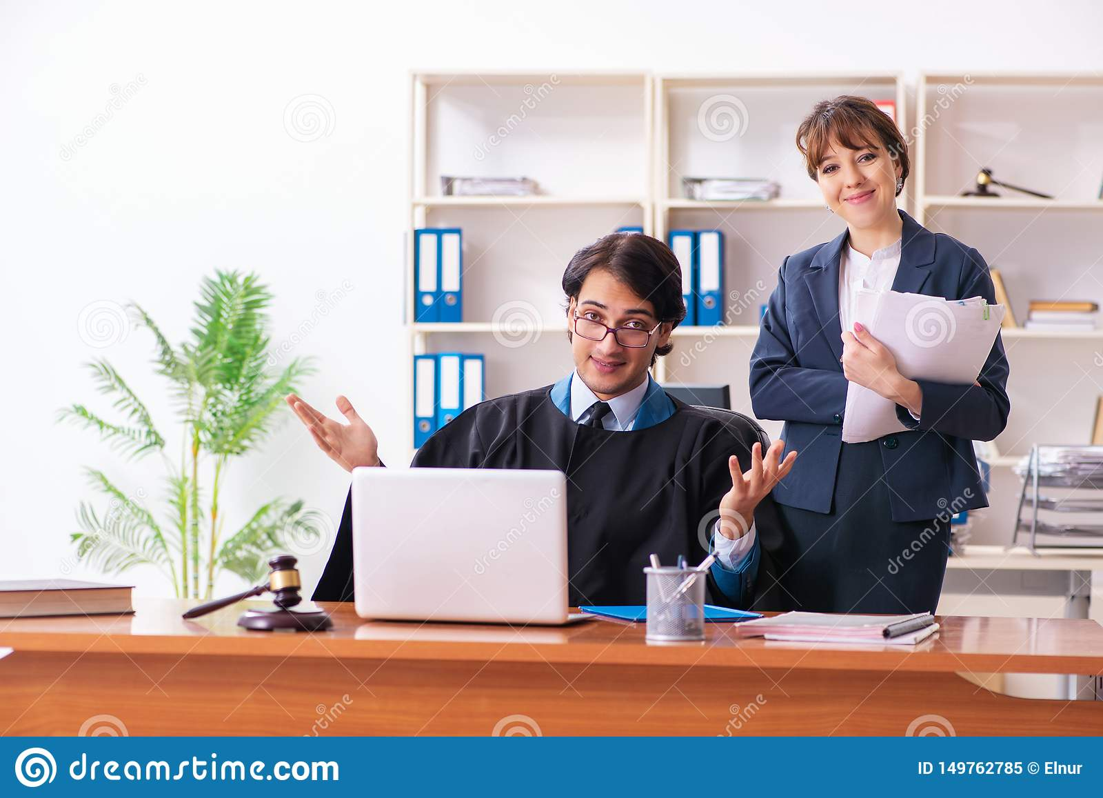 Dwa prawnika pracuje w biurze