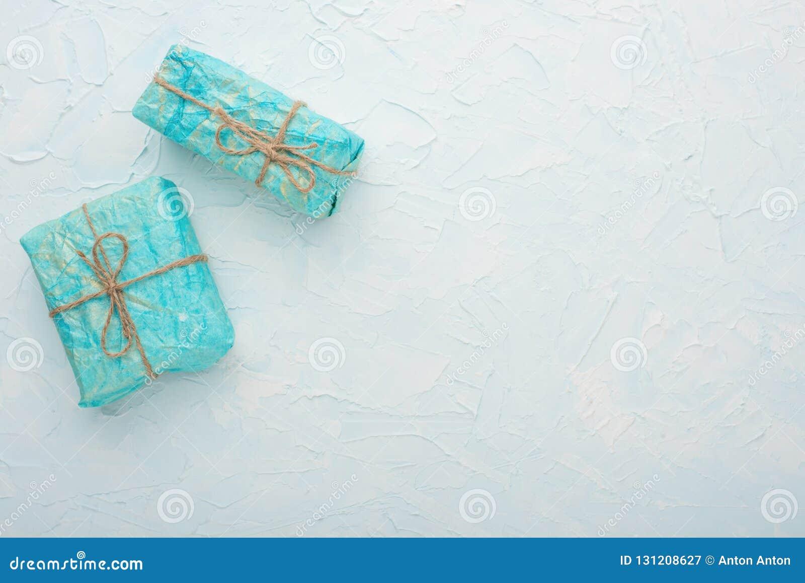 Dwa prezenta na lekkim tle z pustą przestrzenią dla pisać lub reklamować