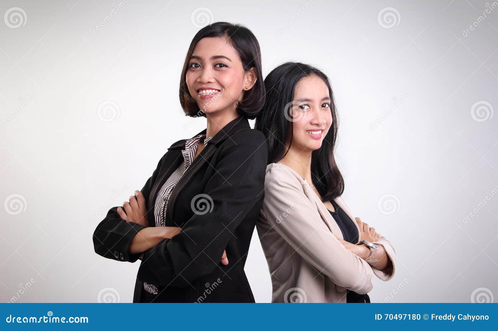 Dwa profesjonalistów ufny żeński pozować