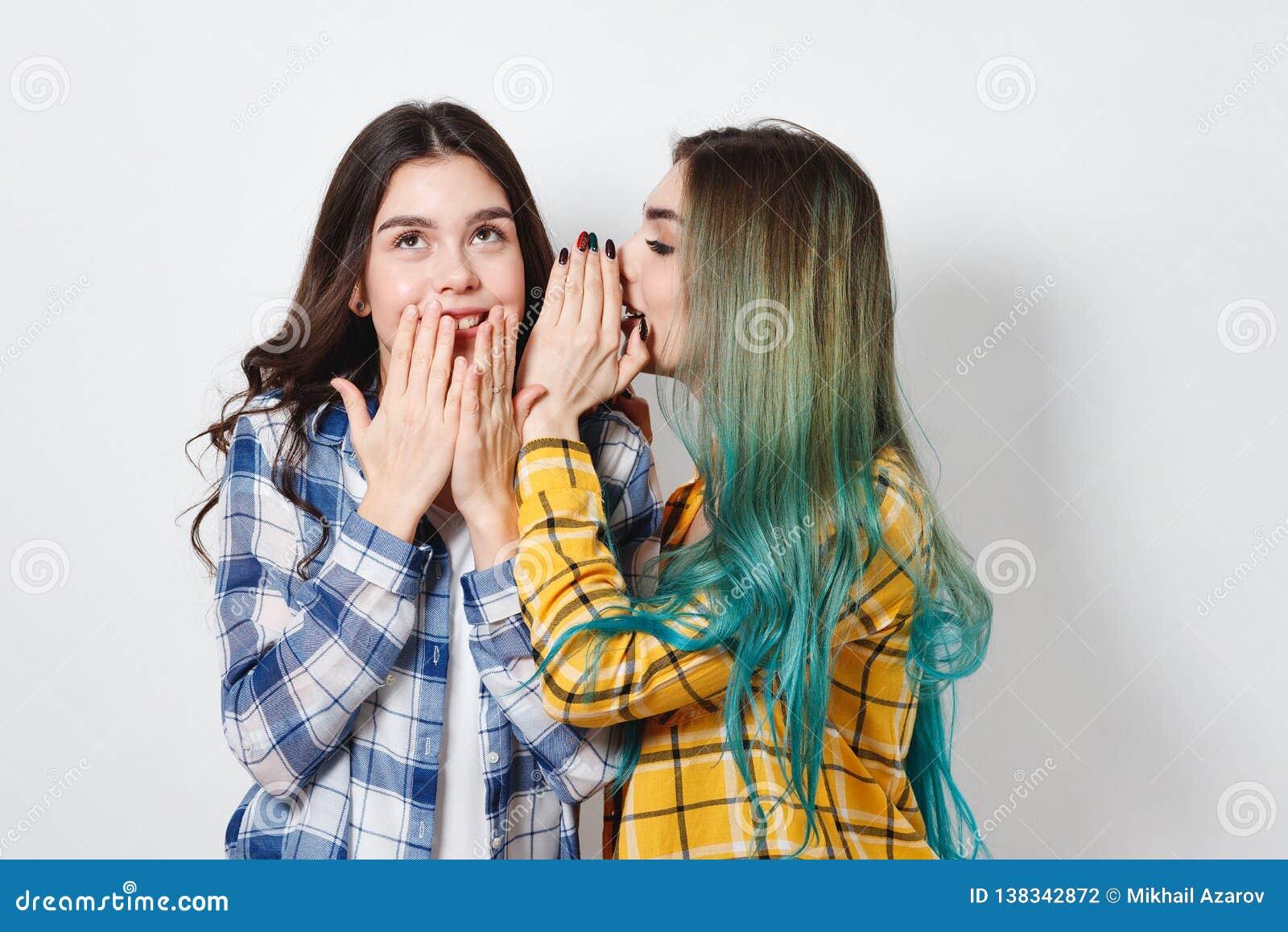 Dwa przyjaciół żeński plotkować Jeden dziewczyna mówi sekrety inny w jej ucho