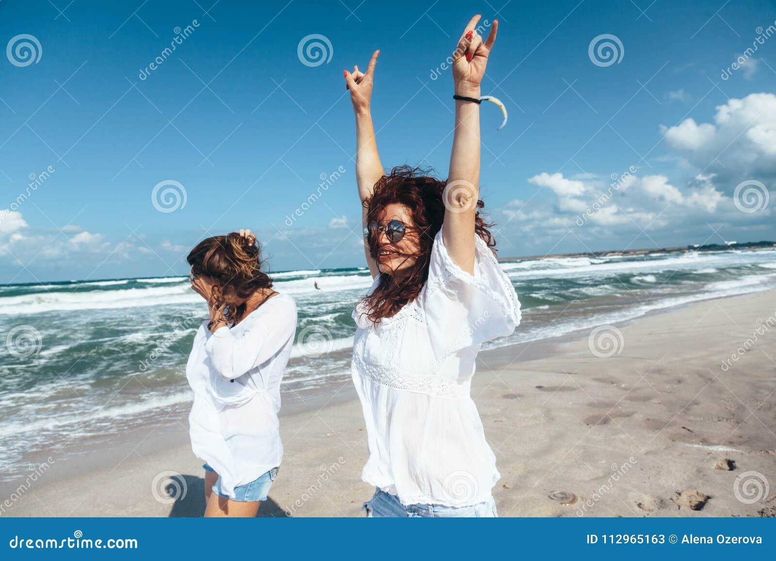 Dwa przyjaciela chodzi na plaży