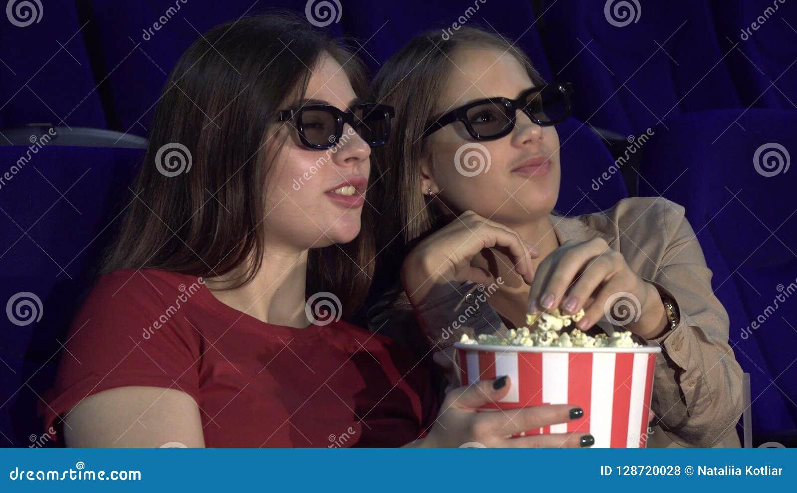 Dwa przyjaciela dyskutują film w kinie