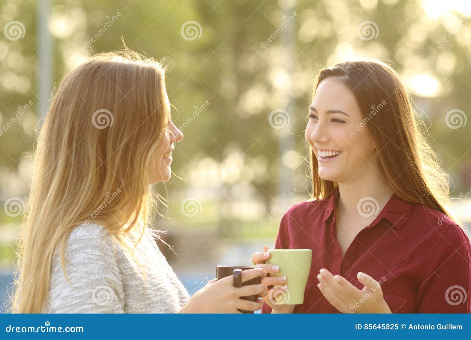 Dwa przyjaciela opowiada outdoors