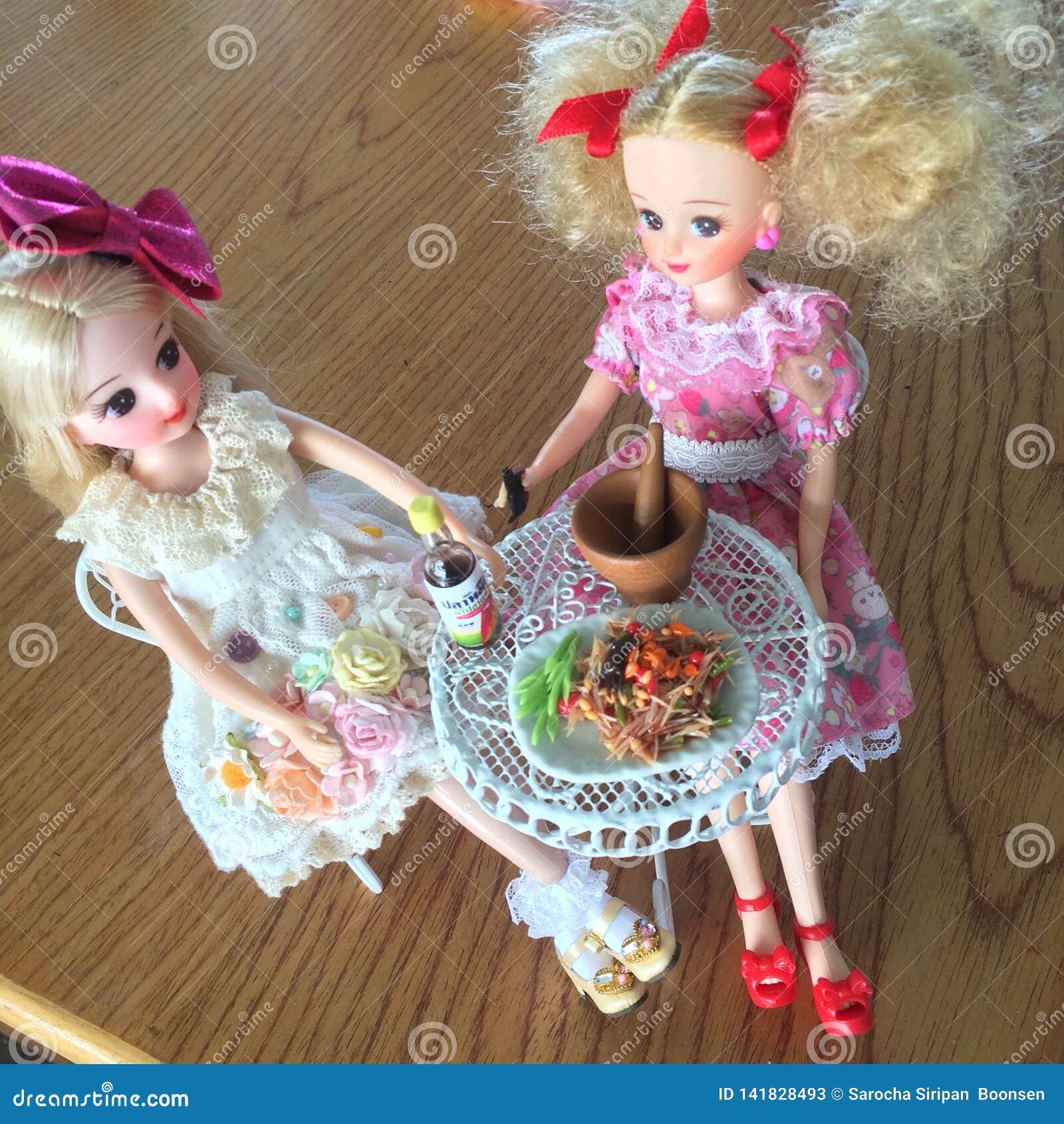 Dwa przyjaciela są cieszą się łasowania Som Tama Korzenna yummy melonowiec sałatka