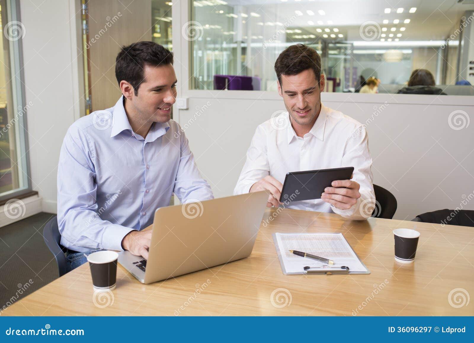 Dwa przypadkowego biznesmena pracuje wpólnie w nowożytnym biurze z losem angeles
