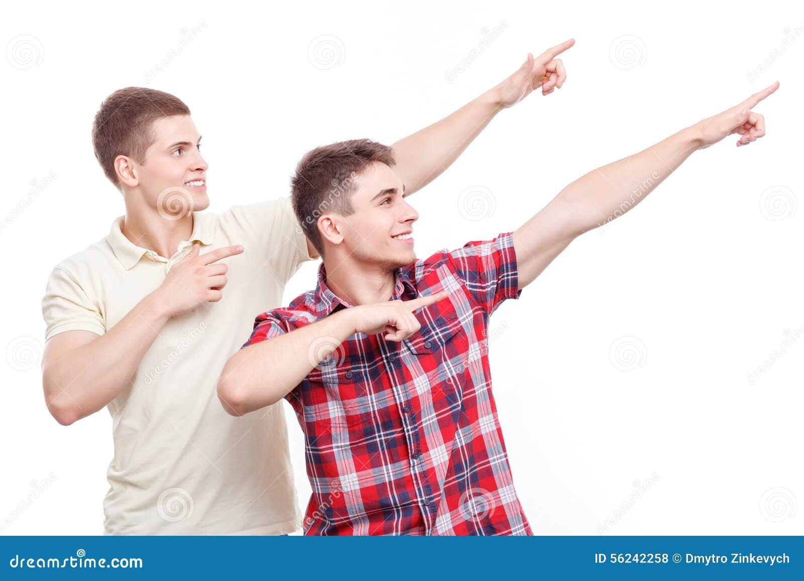 Dwa przystojnego mężczyzna pozuje na odosobnionym tle