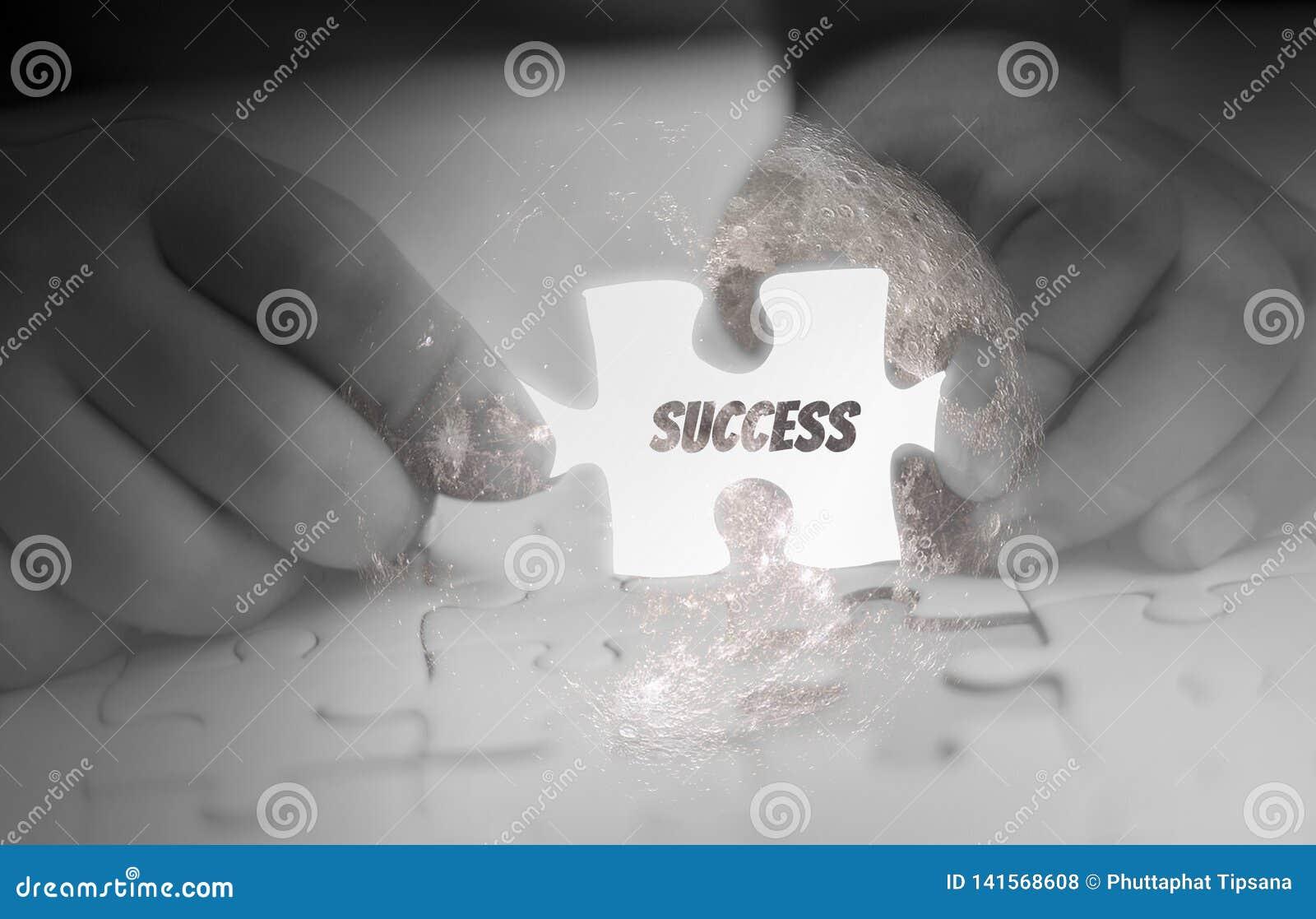 Dwa ręk mienie, wyrzynarki łamigłówki kawałek, abstrakcjonistyczny pojęcie biznes z sukcesem, cele i korporacyjna strategia, jarz