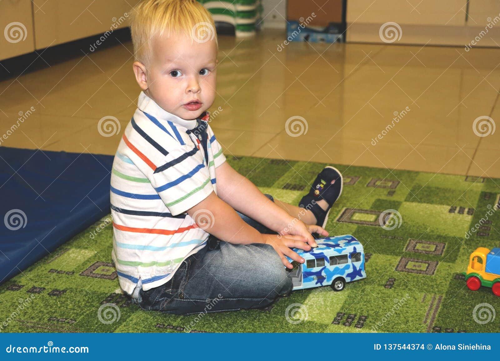 Dwa roku dziecko chłopiec sztuki z samochodami Edukacyjne zabawki dla preschool i dziecina dziecka, salowy boisko, styl życia poj