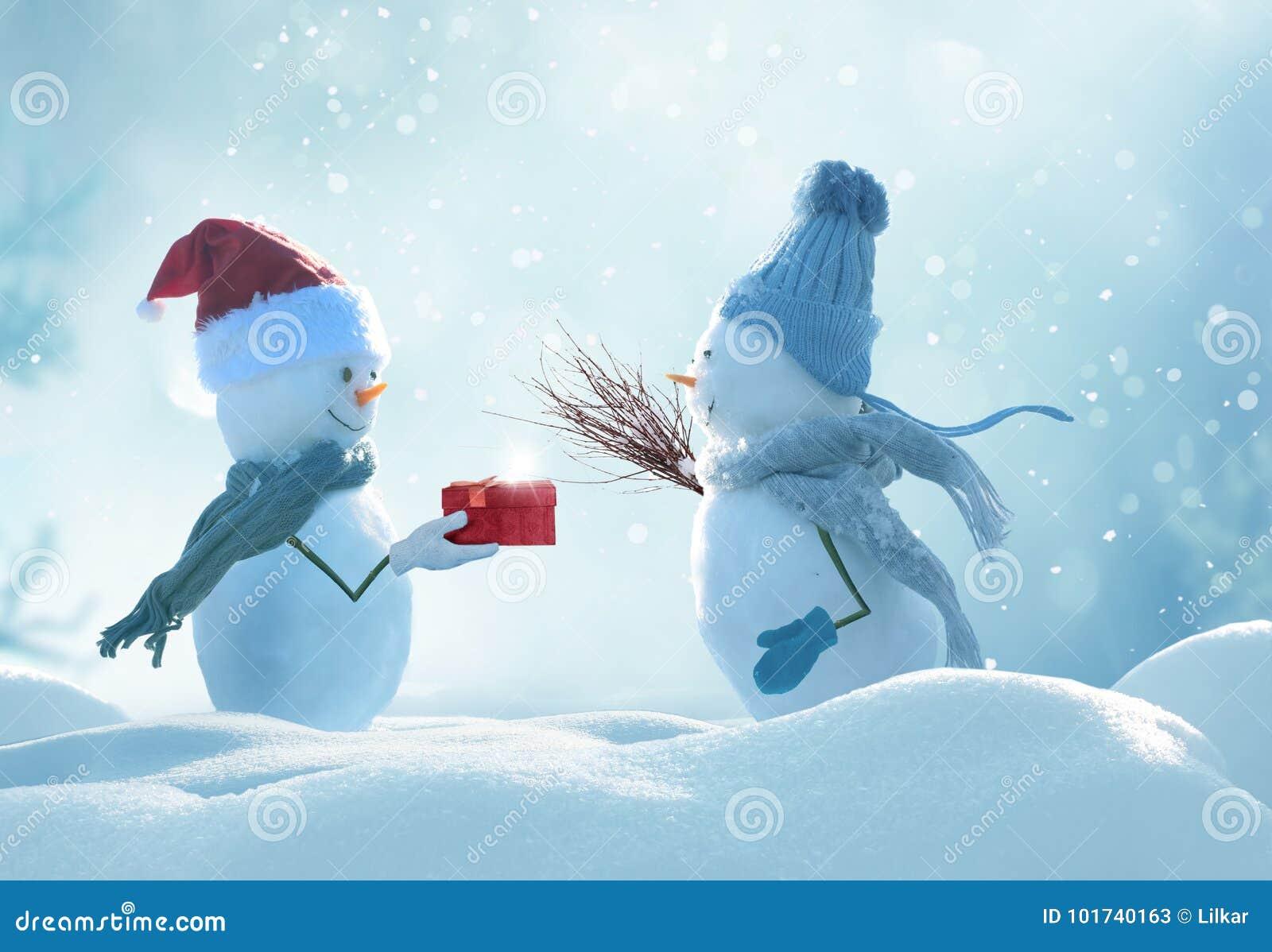 Dwa rozochoconego bałwanu stoi w zim bożych narodzeń krajobrazie