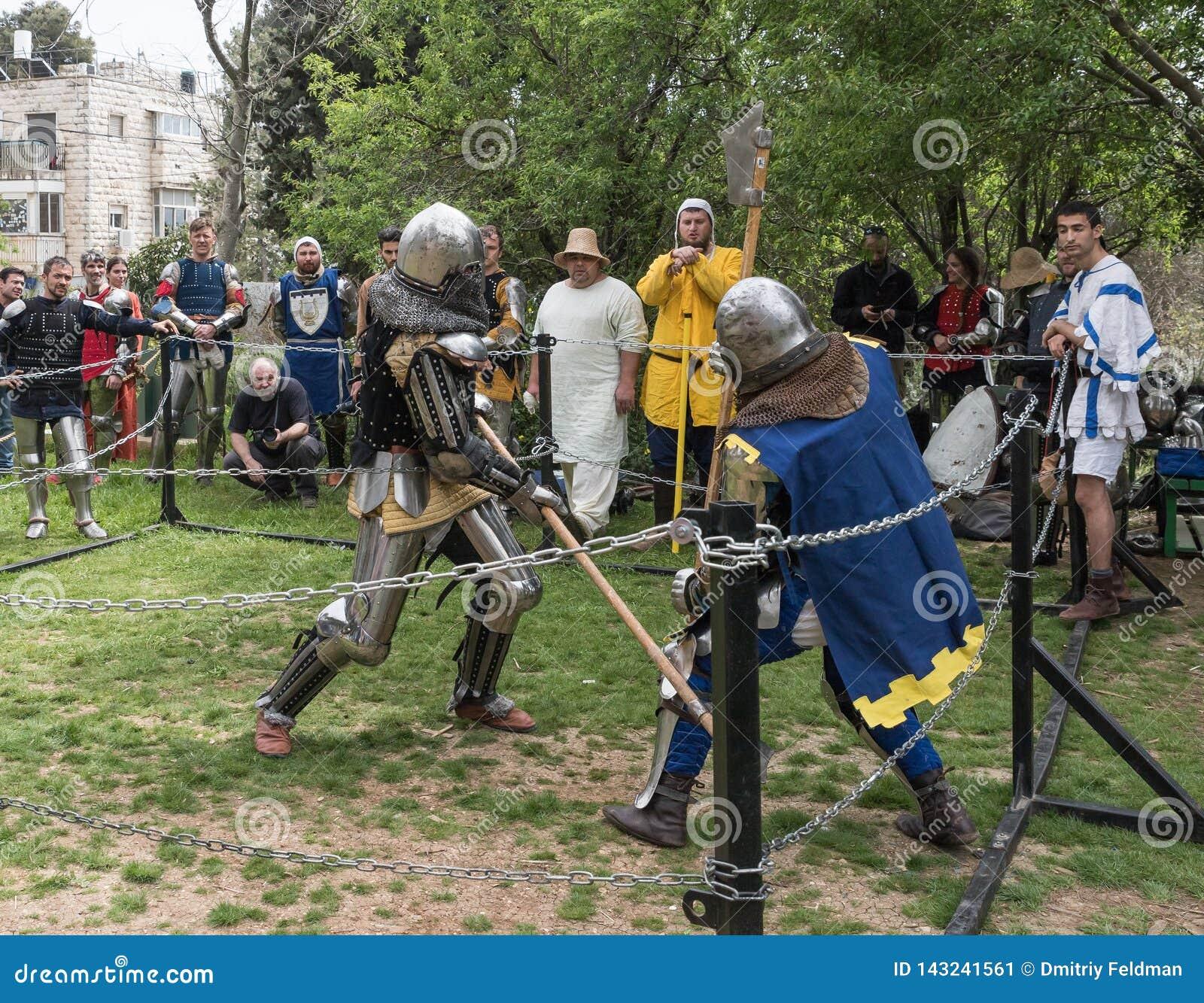 Dwa rycerza z alabardami walczą w pierścionku przy Purim festiwalem z królewiątkiem Arthur w mieście Jerozolima, Izrael