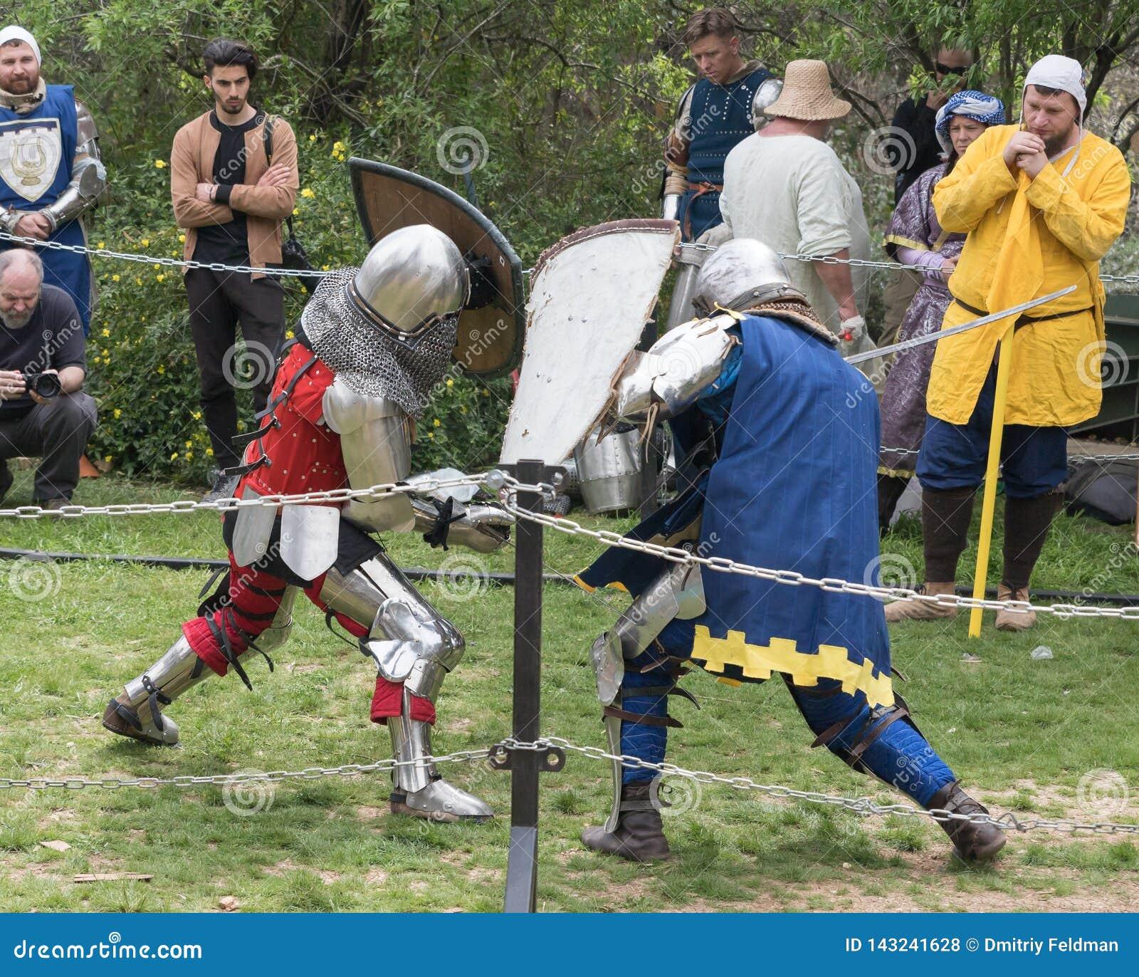 Dwa rycerza z osłonami i kordzikami walczą w pierścionku przy Purim festiwalem z królewiątkiem Arthur w mieście Jerozolima, Izrae