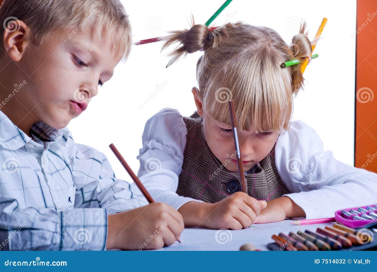 Dwa rysunkowego dzieciaka