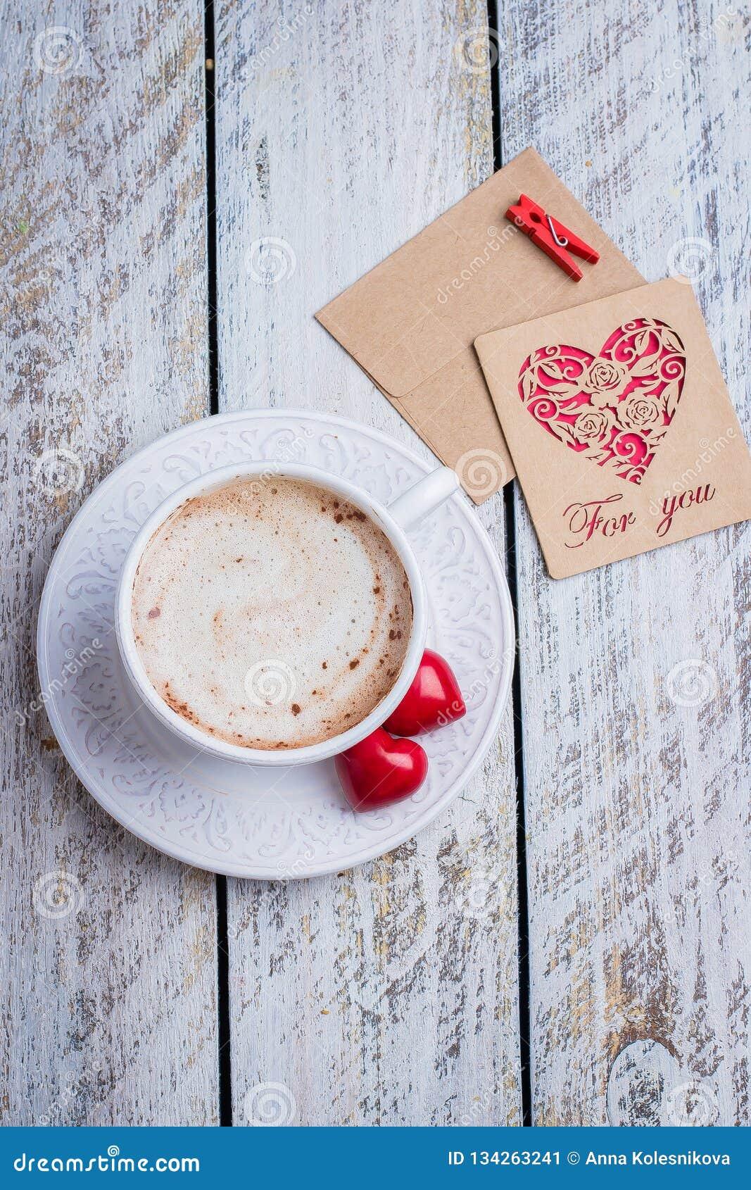 Dwa serca, prezent karta i filiżanka kawy na białym drewnianym stołowym tle, Ranku powitanie Walentynka dnia pojęcie, odgórny wid