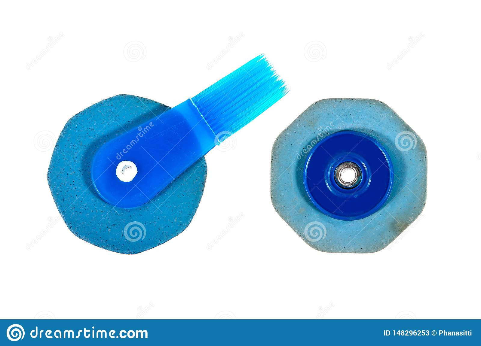 Dwa stara błękitna gumowa gumka z muśnięciem odizolowywającym na białym tle typ Tajlandia