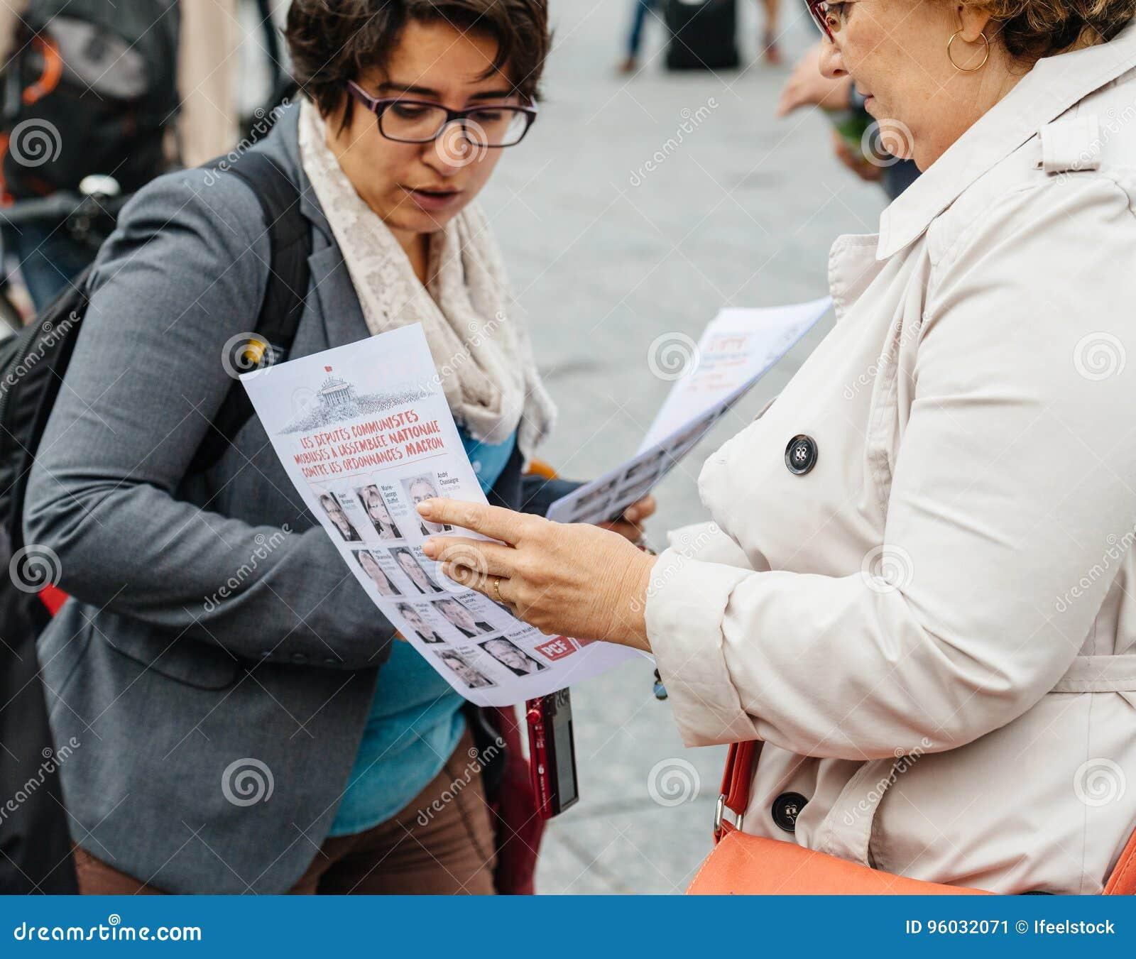 Dwa starszej kobiety debatuje przy protestem przeciw macron prezydentowi