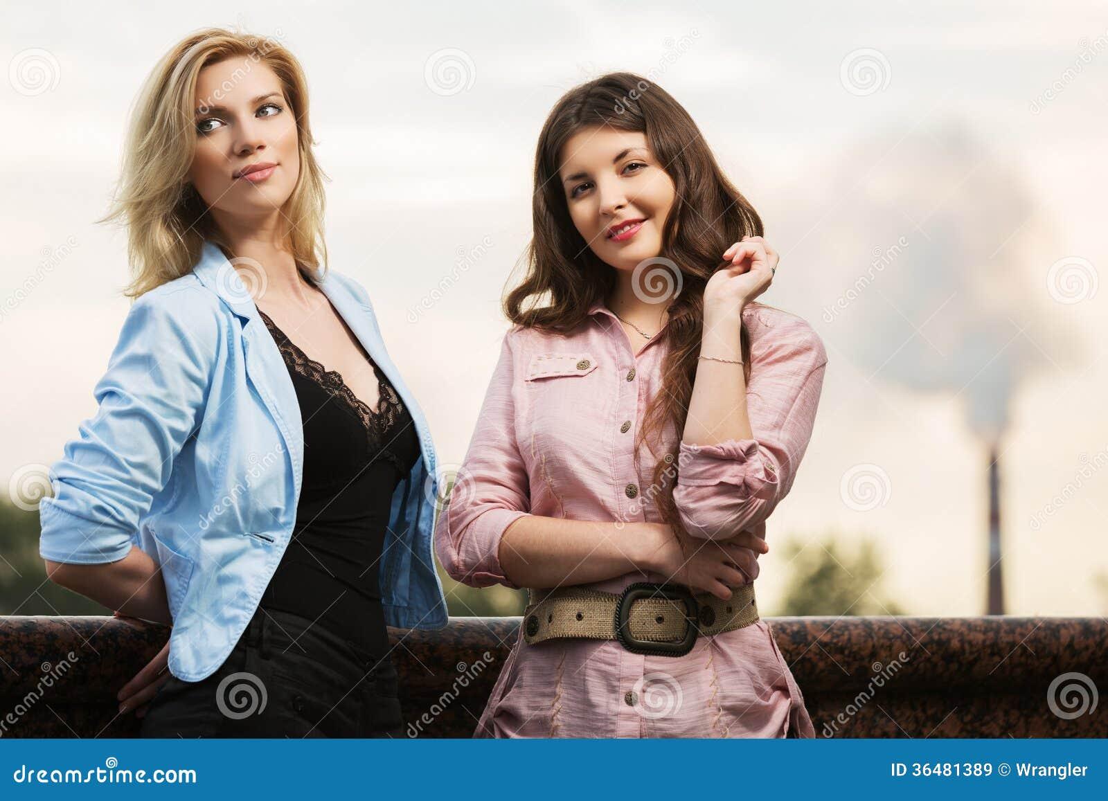 Dwa szczęśliwej młodej kobiety na miasto ulicie