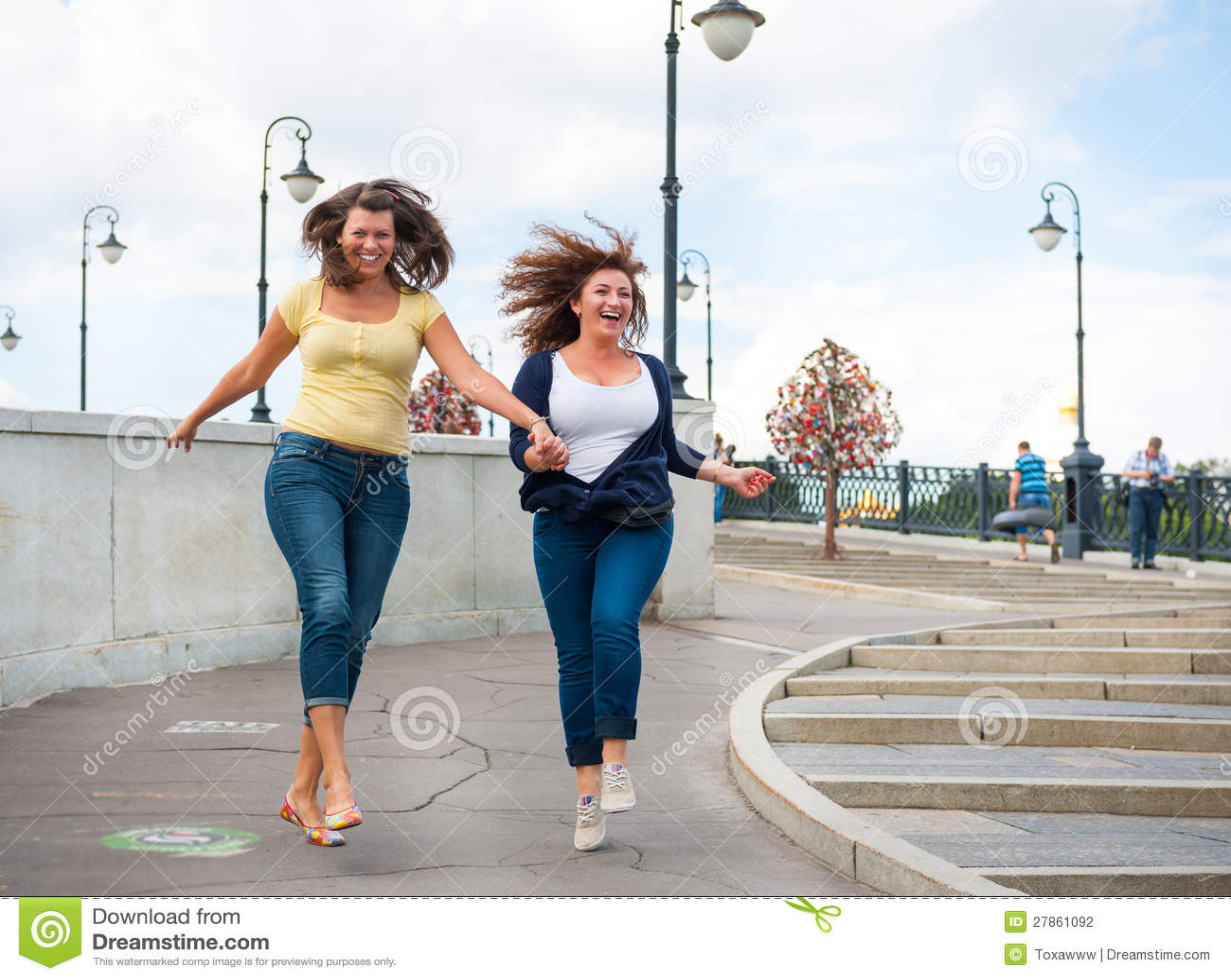 Dwa szczęśliwej młodej pięknej kobiety