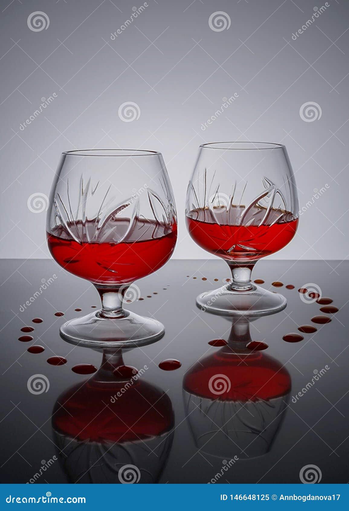 Dwa szkła czerwone wino na klingeryt powierzchni