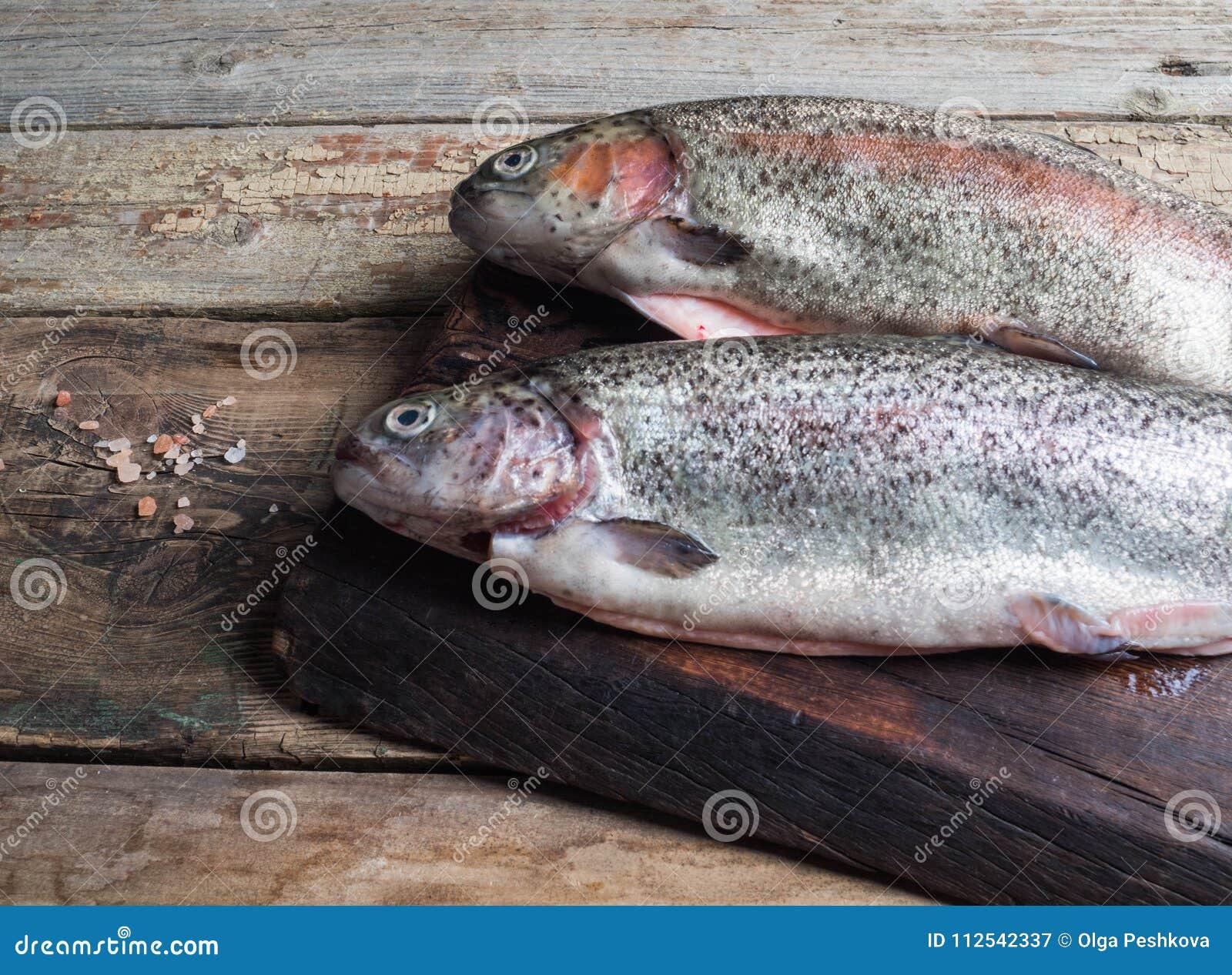 Dwa tęczy pstrąg surowa ryba