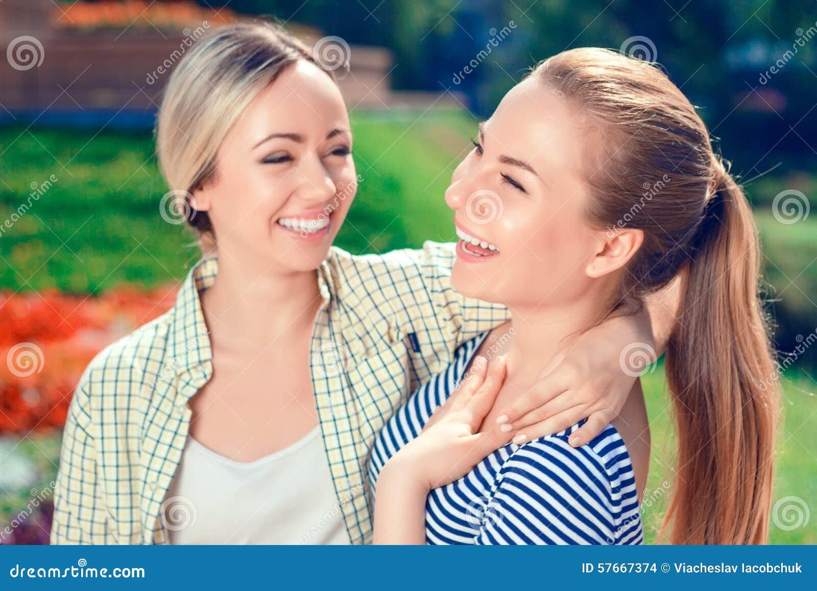 Dwa uśmiechniętej dziewczyny w parku