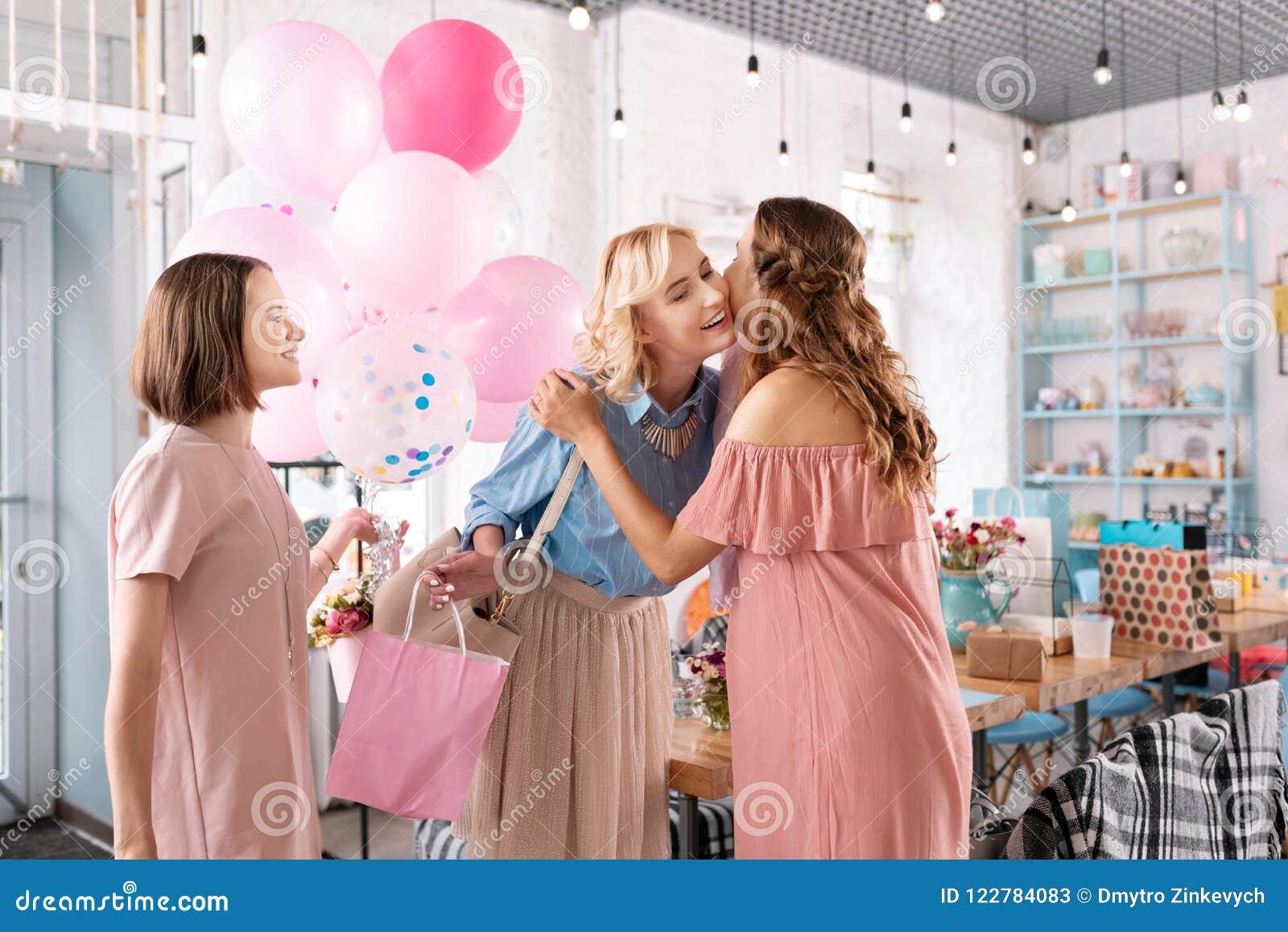 Dwa uśmiechniętej kobiety przychodzi wydarzenie agencja podczas gdy planujący dziecko prysznic