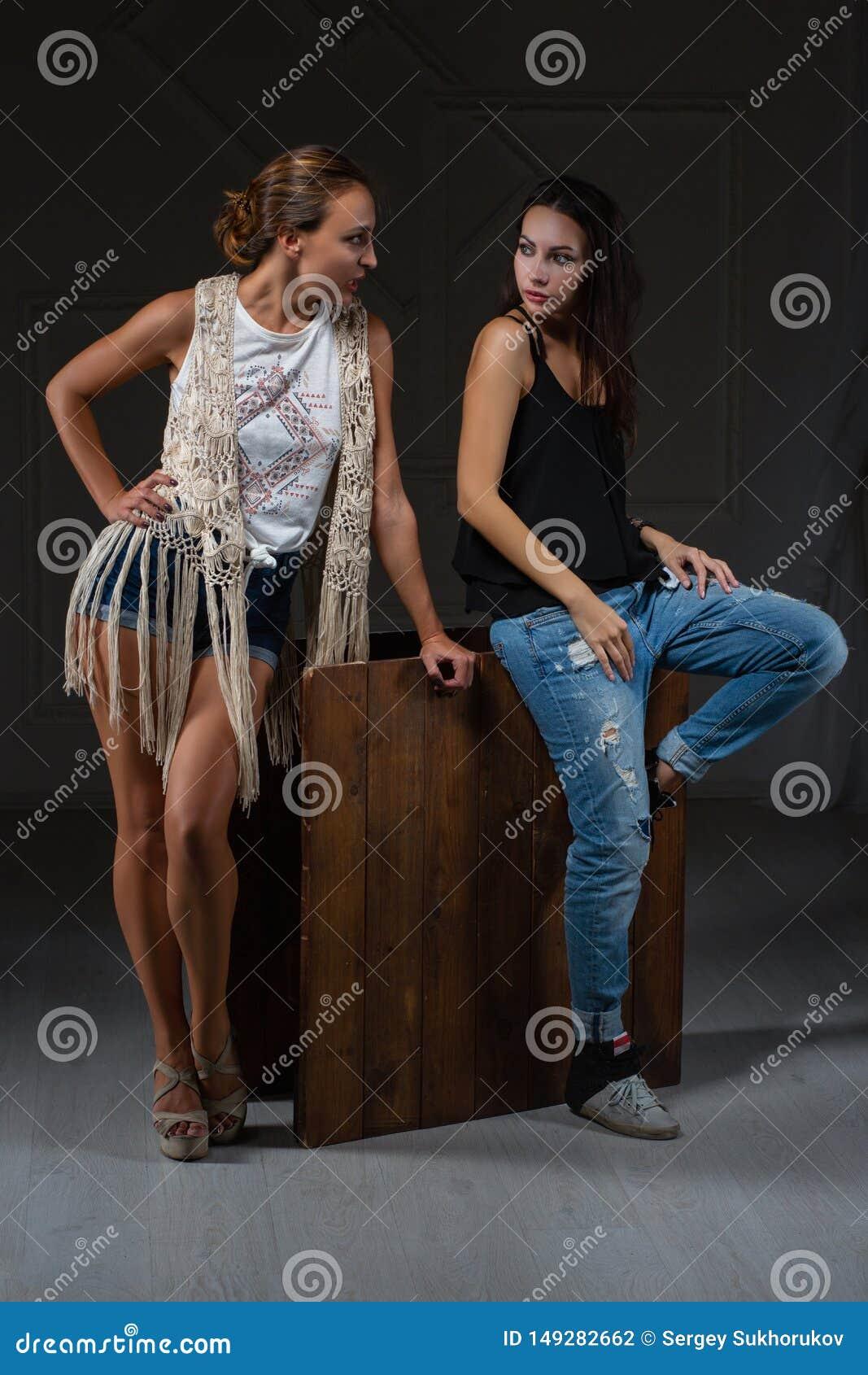 Dwa uroczej kobiety pozuje w studiu