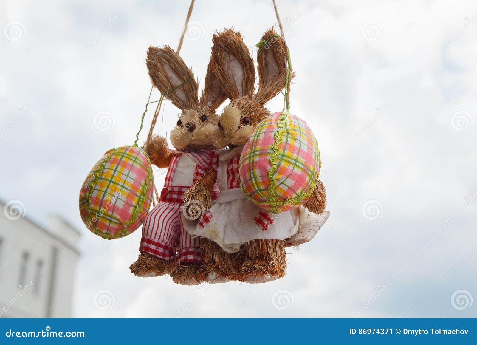 Dwa Wielkanocny królik na huśtawce z jajkami