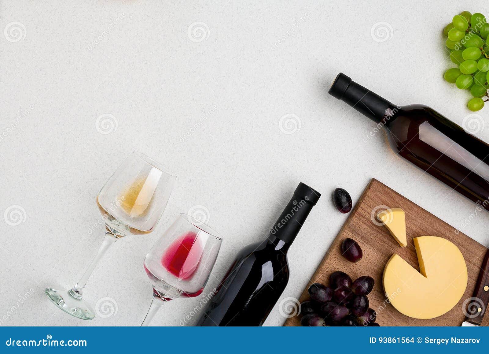 Dwa wina szkła z winem, butelkami czerwone wino i białym winem czerwonym i białym, ser na białym tle szczegółowa artystyczne Eiff