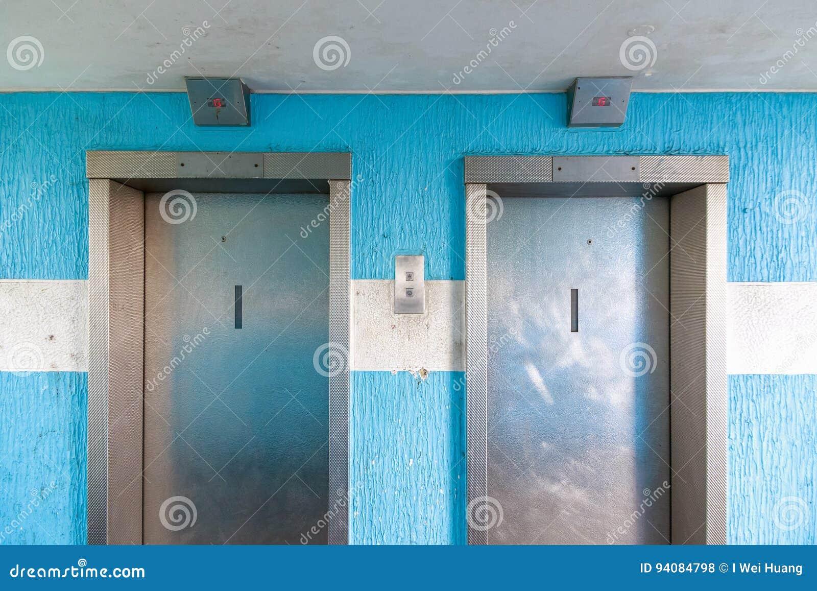 Dwa windy w rada budynek mieszkalny mieszkaniu