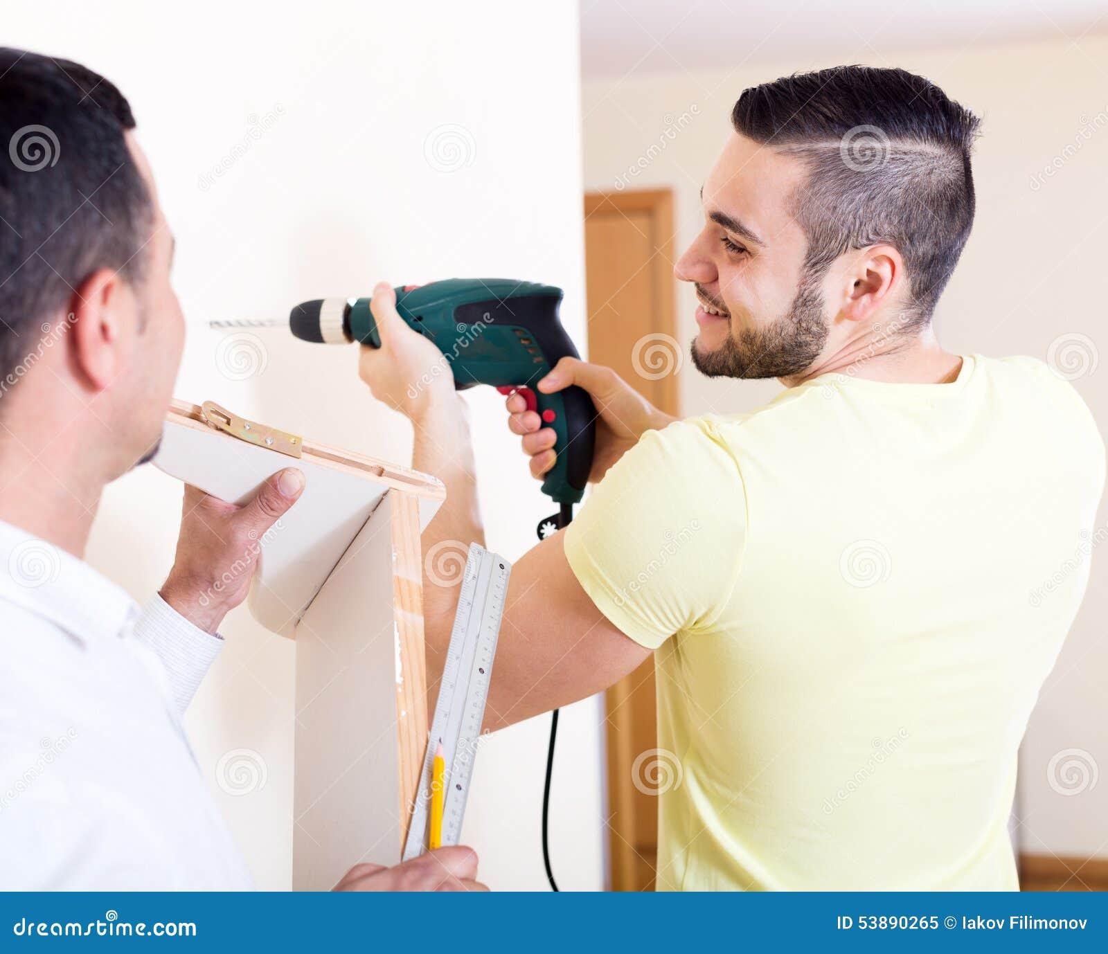 Dwa wykwalifikowanego mężczyzna robi utrzymaniu