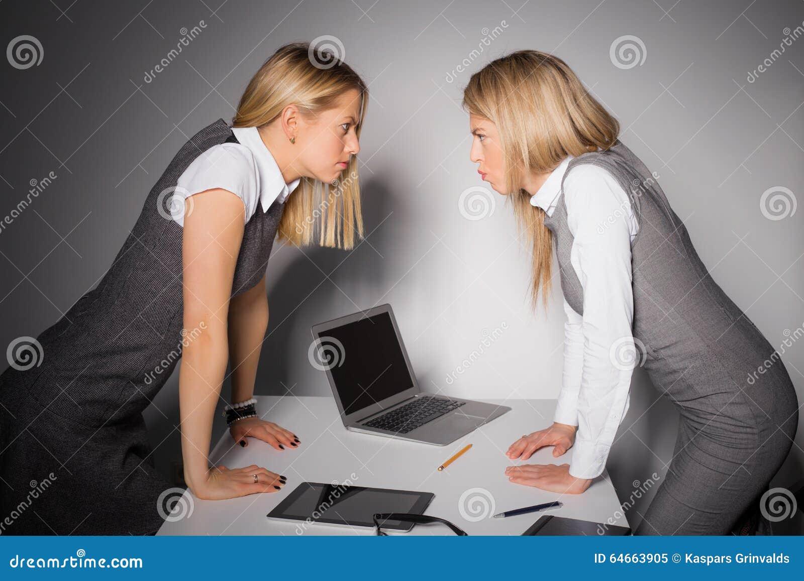 Dwa zażartej biznesowej kobiety